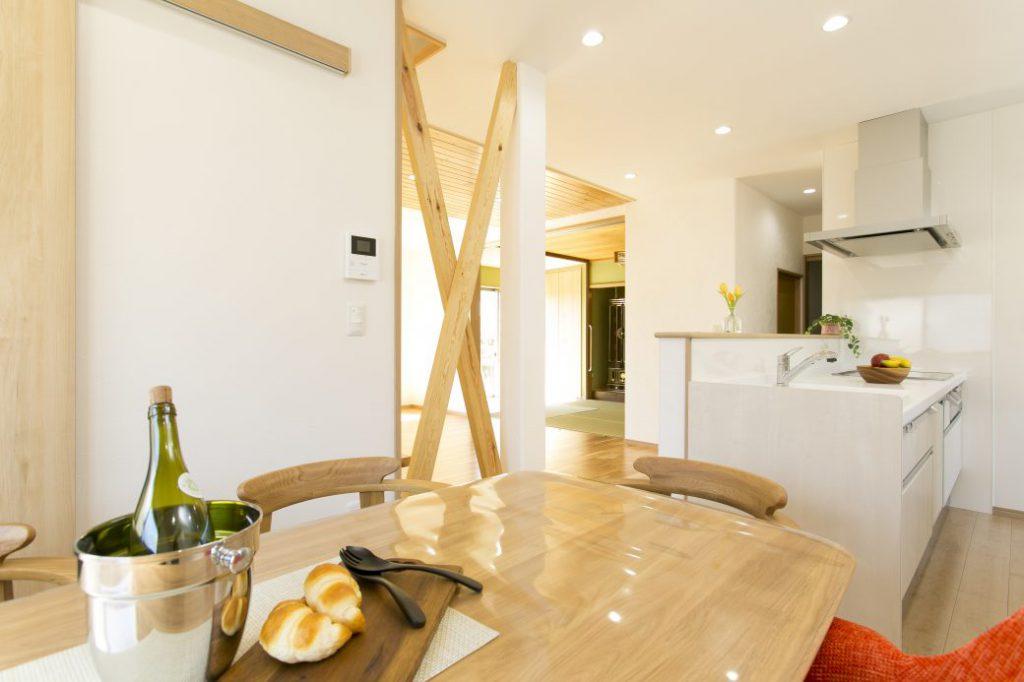 【After】対面式システムキッチンで機能性UP。LDK仕様となり、家事動線も短くなりました。壁には、ラフ仕上げで表情をつけた、スイス産 漆喰「カルクウォール」を使用。奥様の好きな白さが際立ちます。床は楓(メープル)。皮目や節の入った自然力あふれる優しい風合いは、白い漆喰壁と見事に調和。自然素材をふんだんに使ったことでプラスされた温かみが、シンプルなインテリアと相まって素敵な空間となりました。