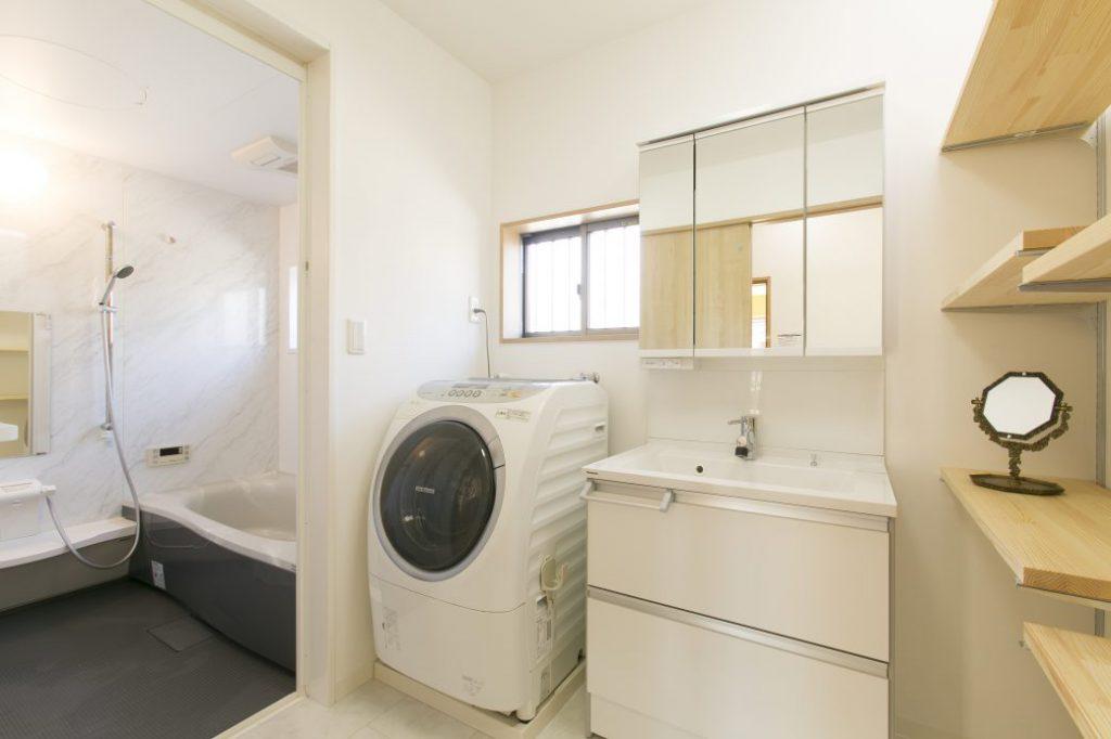 白を基調としたシンプルな浴室・洗面空間に仕上がりました。老後生活の安全・快適さを重視し、高機能商品を採用した設備機器は、パナソニック製品で統一。レイアウトに一体感が生まれ、すっきりとした印象です。また、お掃除好きな奥様のご要望で、掃除機のかけやすさという点にもこだわり、設備スペースへの工夫は細部に至るまで徹底配慮をいたしました。